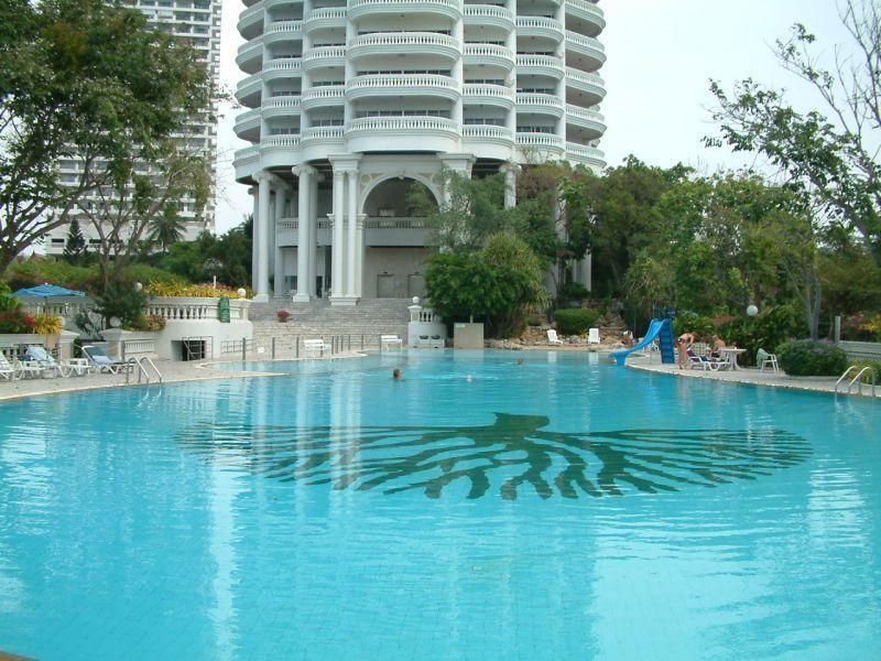 Luxury Waterfront Condo - Pattaya Beach WIFI, holiday rental in Na Kluea