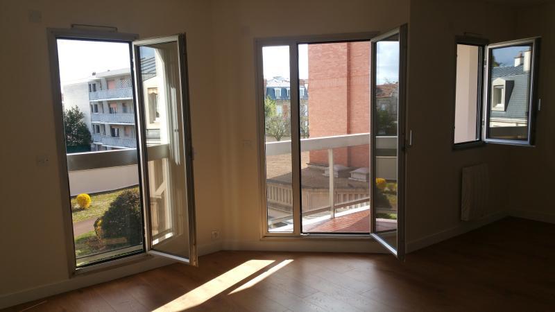 grandes portes fenêtres accès au balcon