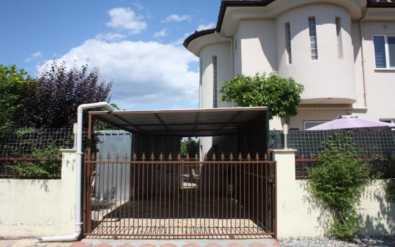 Villa with secure parking