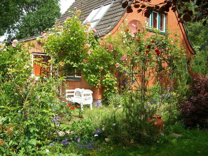 Romantic cottage with beautiful garden near by rivers and close to the Northern Sea