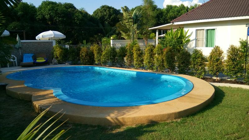 Ferienhaus mit Pool  in Strandnähe, location de vacances à Ko Samet