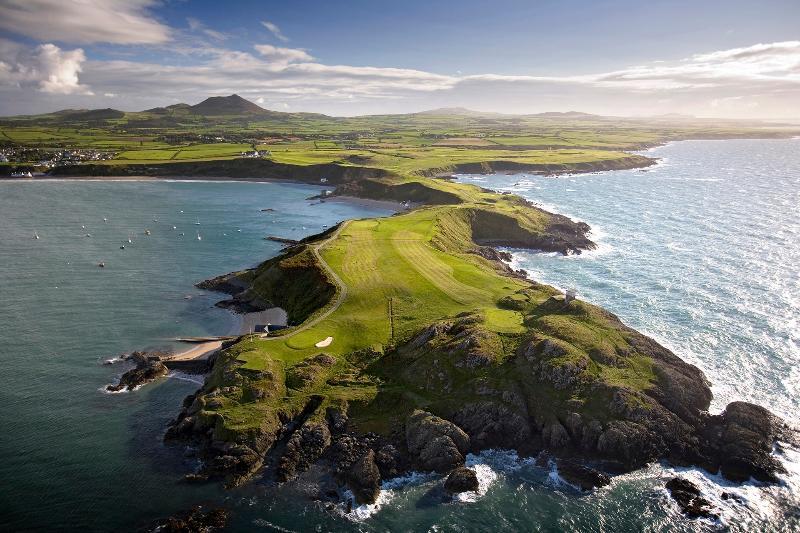 Nefyn y Distrito Golf Club (2 millas) - un recorrido de 18 hoyos situado en un espectacular paisaje costero