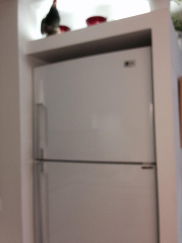 réfrigérateur de grande taille.