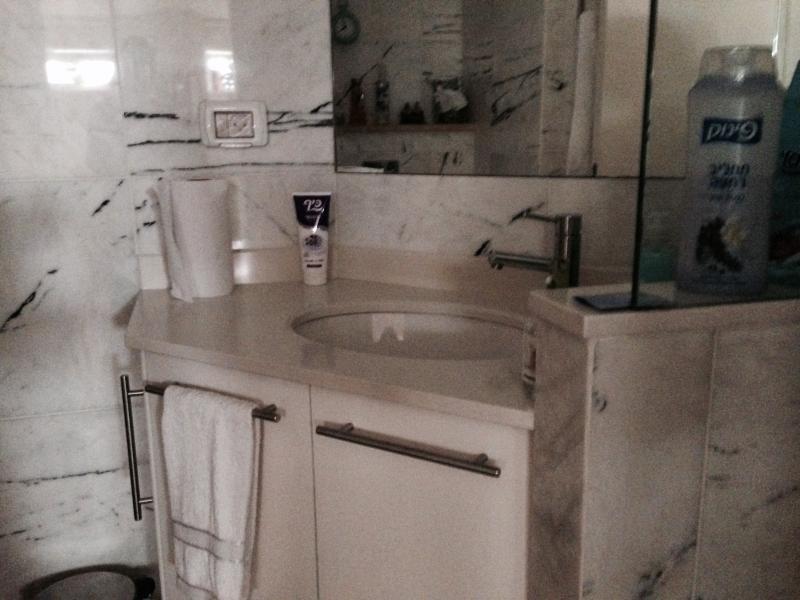 Très élégante salle de bains, grande douche, tout en marbre réel.
