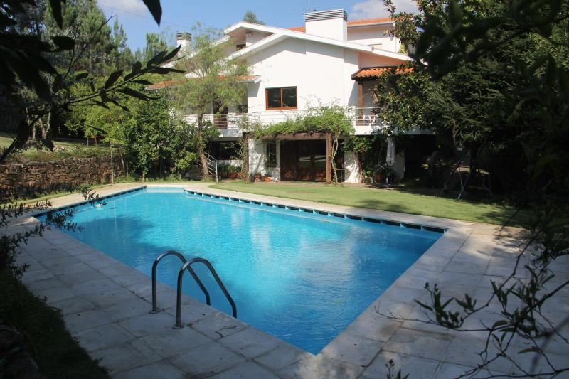 Amazing Villa in Porto with Pool, Tennis Court, Table Tennis, Wifi and Netflix, holiday rental in Recarei
