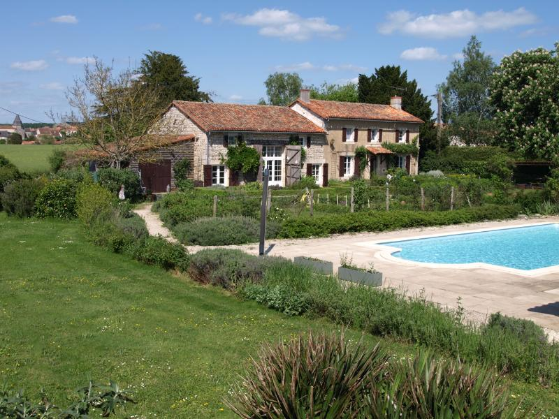 18th century farmhouse sleeps from 2 to 9 people. private pool,secure garden Stunning rural location