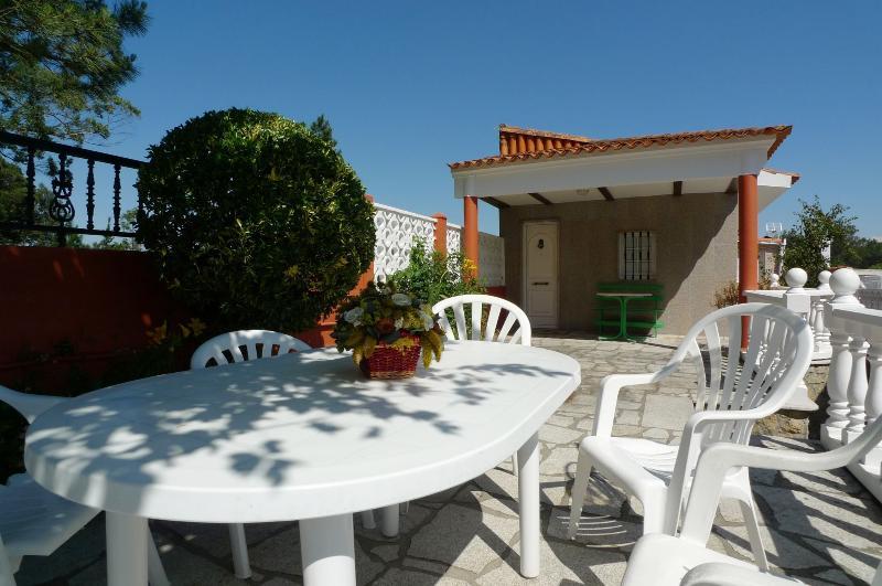 CASA JAPONESA - Casa con terraza en la playa, holiday rental in Vilanova de Arousa