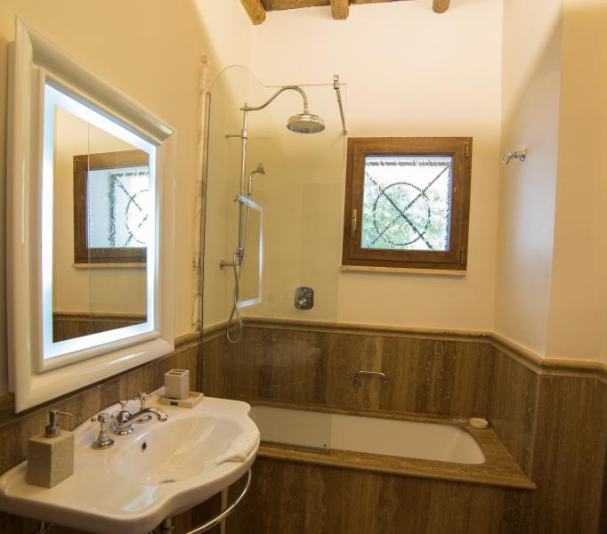 2nd Floor Bath combination tub/shower with bidet shared by Queen and twin  room