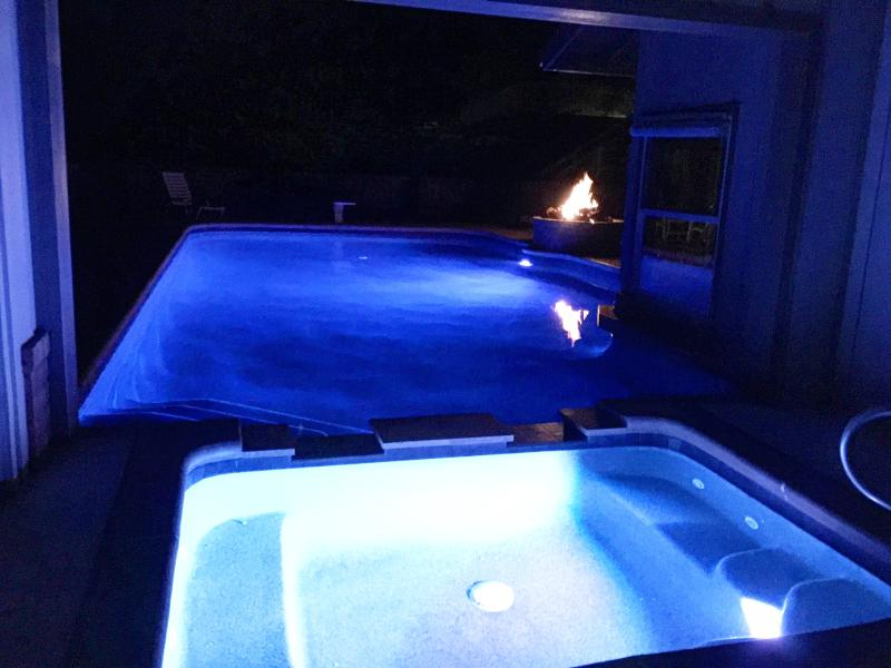 night view of the pool and jacuzzi