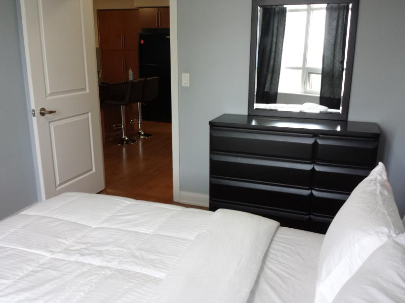 1BD & DEN PRIME LOCATION & NEW FURNITURE SQUARE 1, vacation rental in Oakville