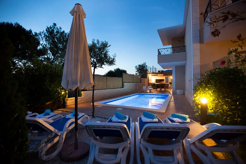 Luxury apartment Sasso with heated swimming pool – semesterbostad i Split
