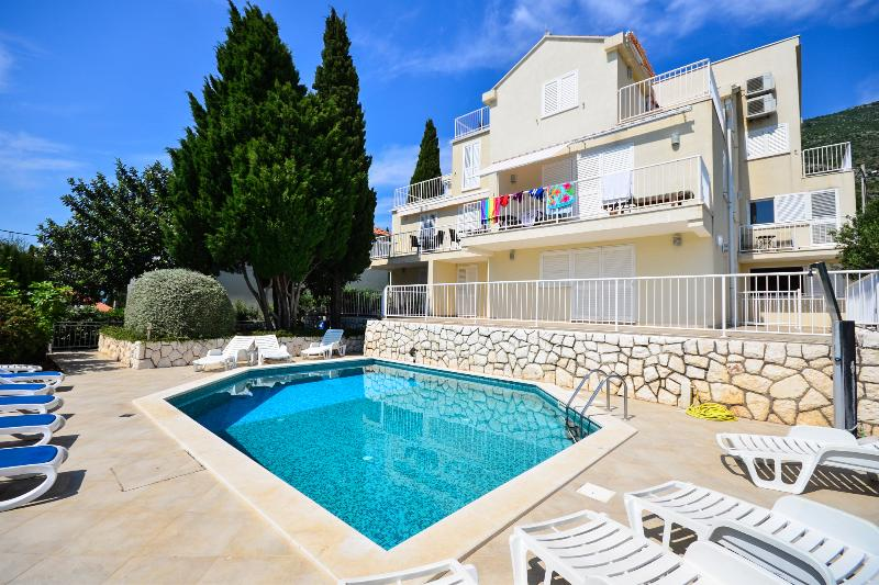 Luxury Family Apartment With Pool And Sea view, alquiler de vacaciones en Cavtat