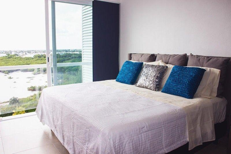 Slaapkamer met kingsize bed. Uitzicht op de lagune