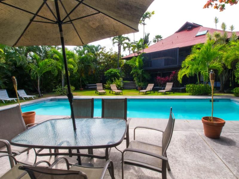 Elegant White Sands Estate with Tropical Grounds, vacation rental in Kailua-Kona