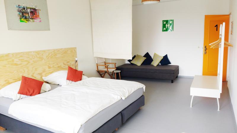 MINITEL - Bright & Clean. Own bathroom & balcony., location de vacances à Schonefeld