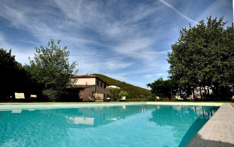 Bacche Country House, 7km far Perugia, garden, pool, holiday rental in Colle Umberto I