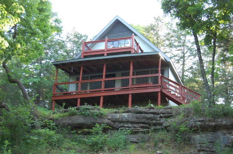Lakefront ★ Outdoor Wonderland ★ Festivals Nearby - Hooked Lake Cabin, vacation rental in Eagle Rock