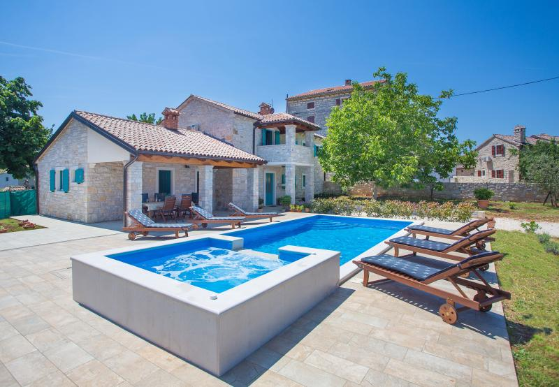 Villa Medvidici with swimming pool - 10 km from Poreč, aluguéis de temporada em Porec