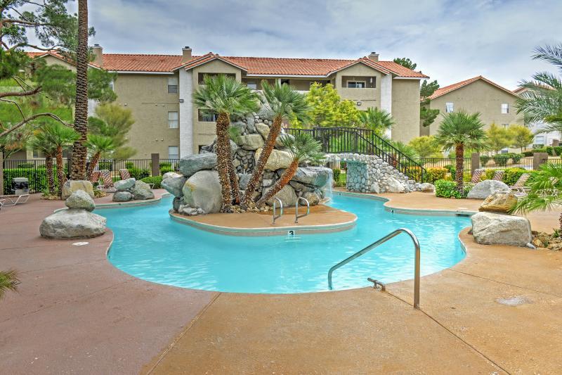 ¡Nade aquí o vaya a uno de los principales hoteles para una fiesta en la piscina con DJs!