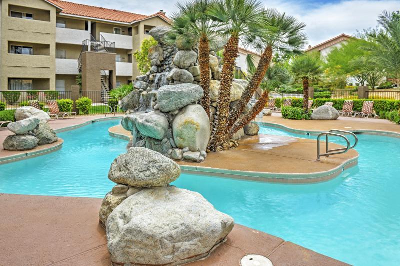 Refrésquese en la piscina comunitaria de este condominio de alquiler vacacional en Las Vegas.