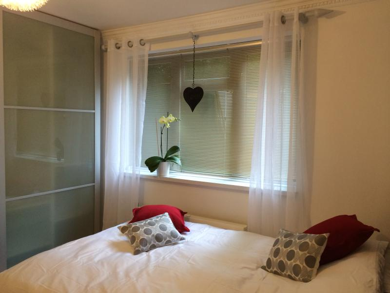 Contemporary double bedroom London N2, Ferienwohnung in North Finchley