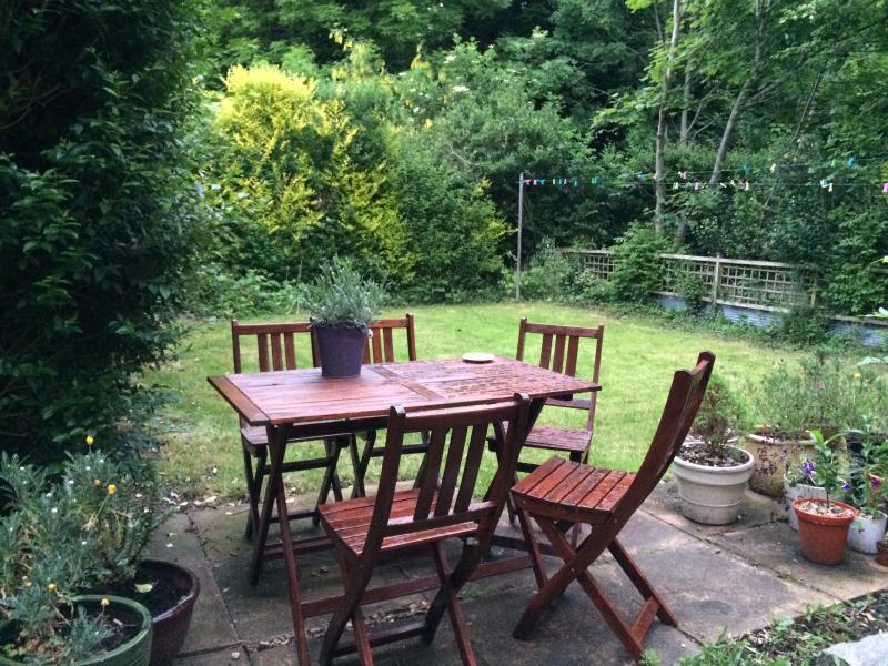 Spacious 1 bedroom garden flat. London N2, Ferienwohnung in North Finchley