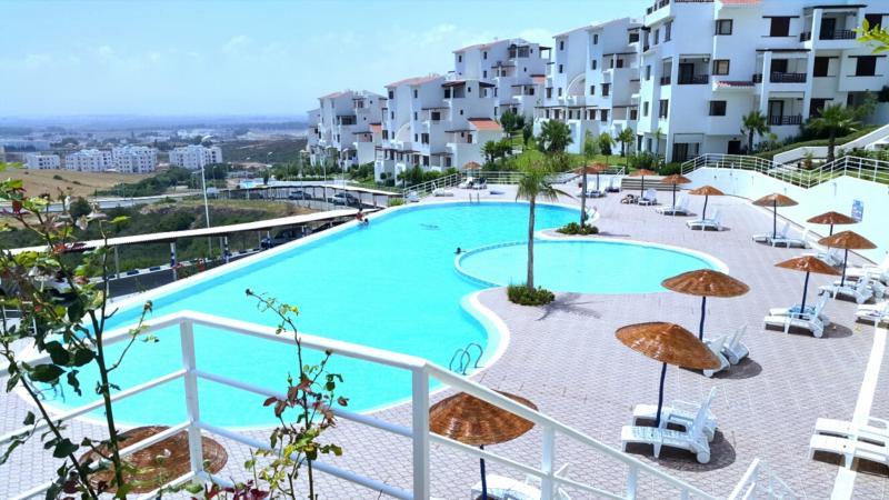 grande piscine pour les adultes et les enfants