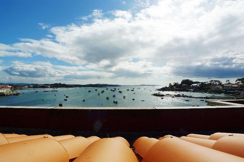 APARTAMENTO ISLA II - Enfrente del mar y del paseo marítimo, alquiler de vacaciones en Illa de Arousa