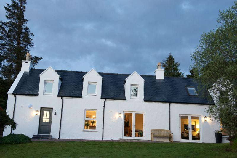 Bayview Croft Luxury Cottage with Stunning Views, Ferienwohnung in Carbost