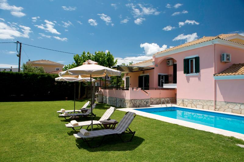 Anthemis Luxury Villas-Special villa Ioanna with private pool and amazing garden, alquiler vacacional en Agia Varvara