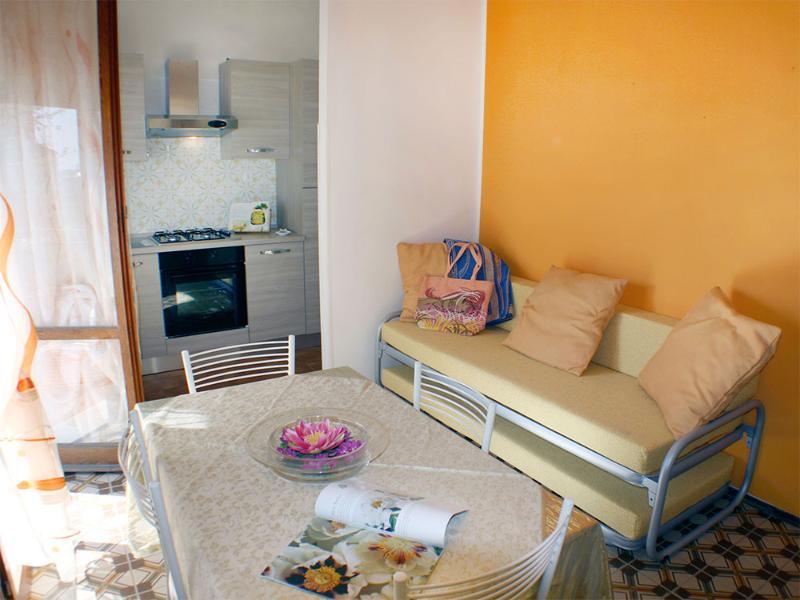 Appartamento bilocale con balcone vista mare laterale in condominio fronte mare, aluguéis de temporada em Lido delle Nazioni