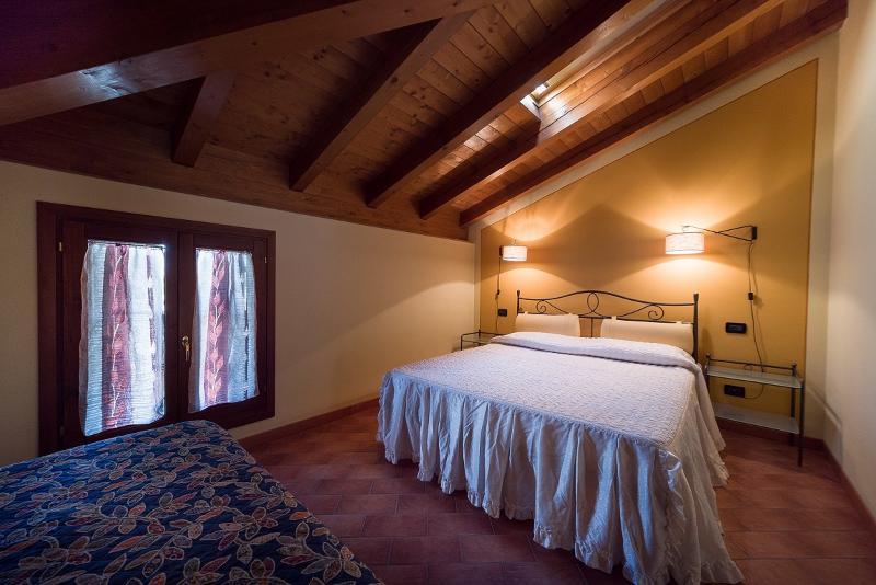 stanza n° 21 con letto matrimoniale + un letto singolo