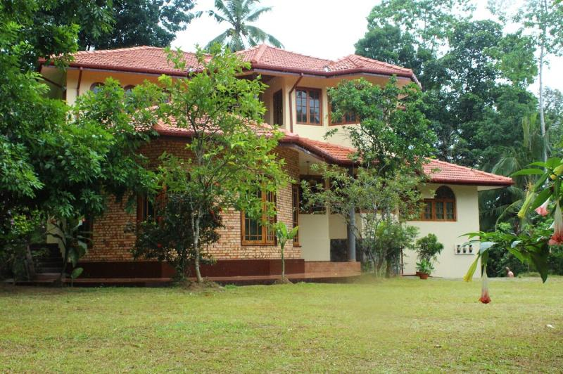 Villa Ebony: Quiet holiday home close to Kandy, vacation rental in Kadugannawa