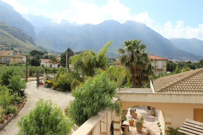 Blick aus dem Appartment in die Berge von Castellammare