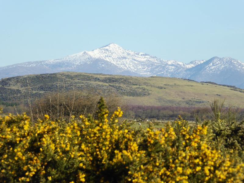 A spacious house with fabulous views of the Snowdon mountain range from the dining room and garden