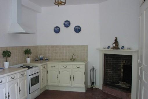 Kitchen (gas cooker/oven, small fridge with freezer compartment, decorative fireplace)
