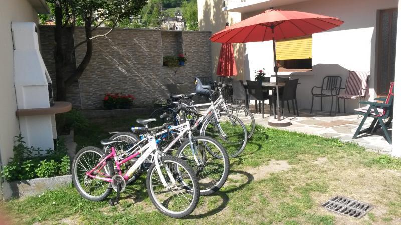 Appartamento in villetta con giardino, 2 camere indipendenti per 6 persone, alquiler de vacaciones en Stresa