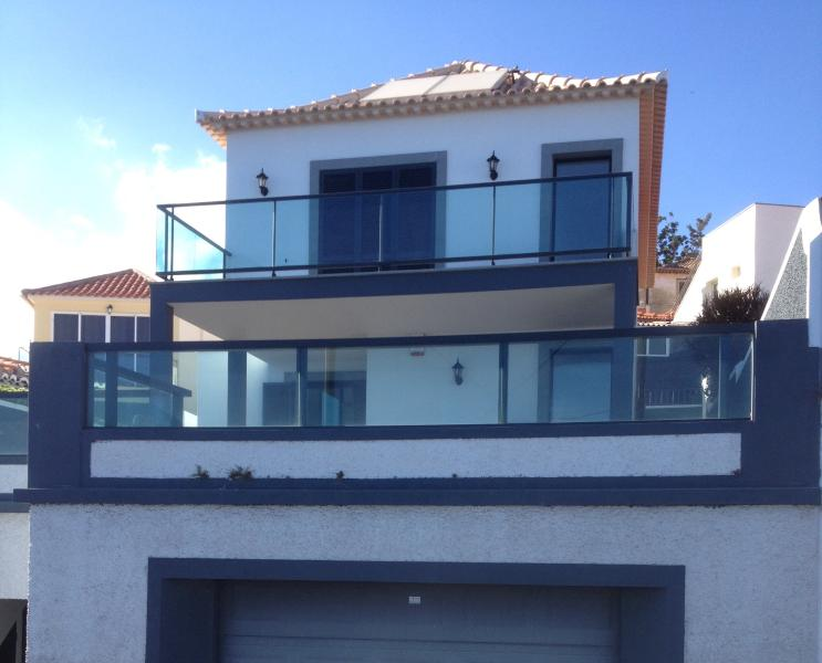 3 Bedroom Villa in the Old Town area of Funchal with extensive sea Views, aluguéis de temporada em Madeira