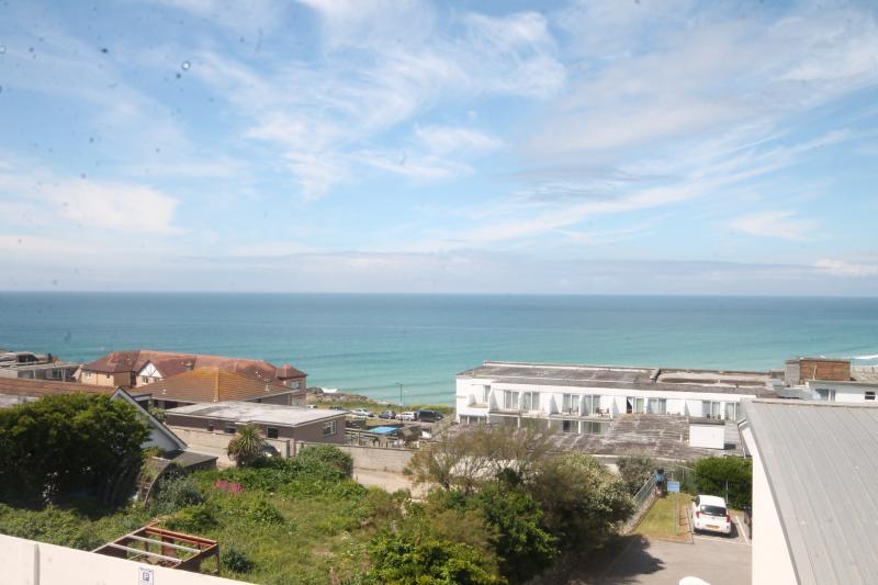 Vista da Fistral Beach a partir da varanda, que tem capacidade. acessado a partir de sala de jantar