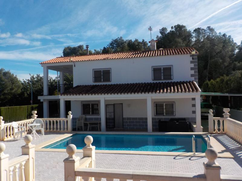 Villa with pool & WiFi - Ideal for 2 families, holiday rental in Chulilla
