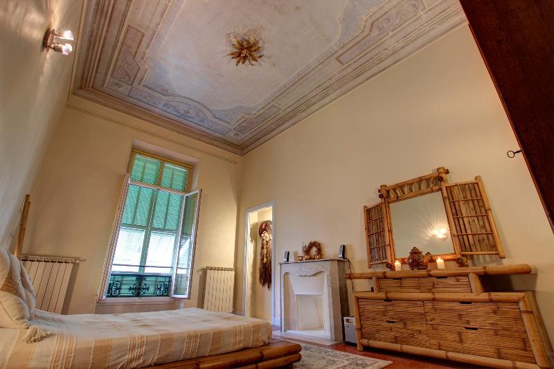 La chambre principale, la suite méga-bambou, le lit queen-size, la salle de bains, la climatisation et la fresque au plafond.