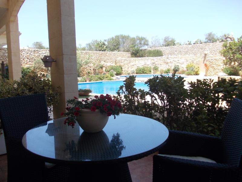 2 Bedroom apartment at pool and garden level, location de vacances à Qala