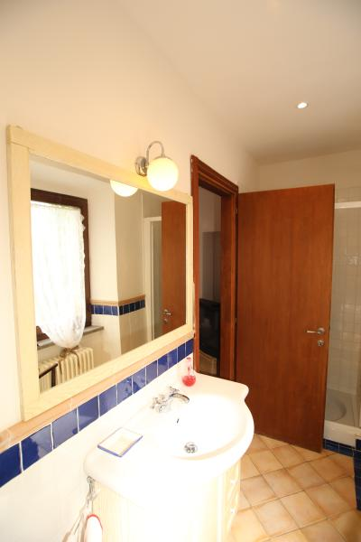 Salle de bain lumineuse, douche et bidet