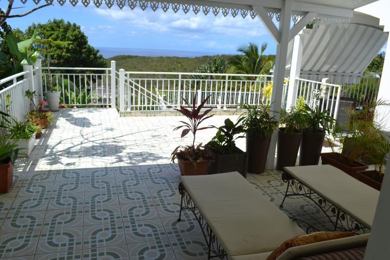 terrasse meublée avec vue sur mer & piscine