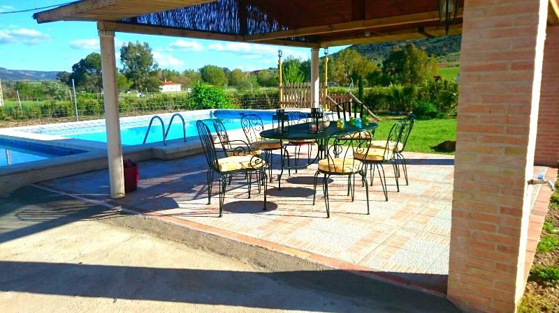 Gran piscina, dividida en dos partes una de ellas infantil