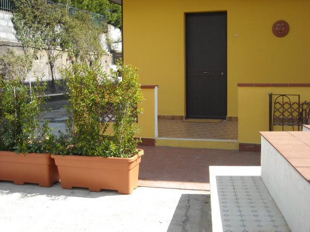 etna di casa mia appartamento Etna, vacation rental in Aci Sant'Antonio