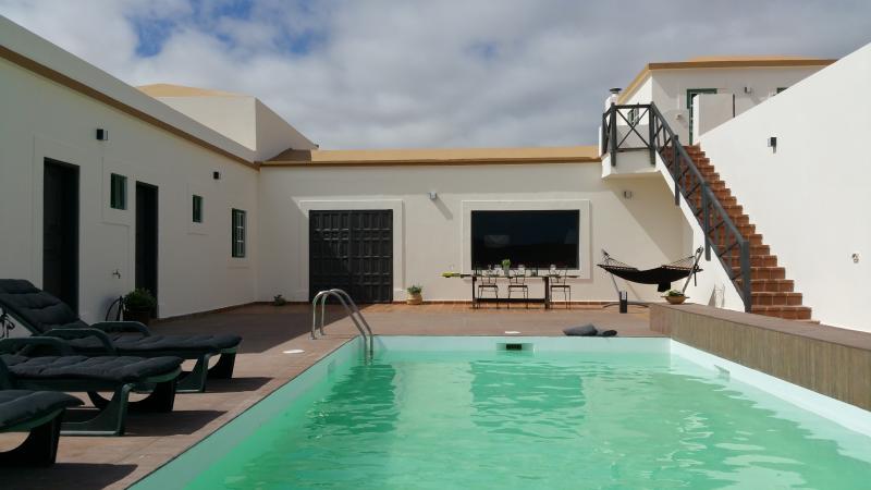 Villa La Alfalfa, relax & wonderful views and pool, holiday rental in La Ampuyenta