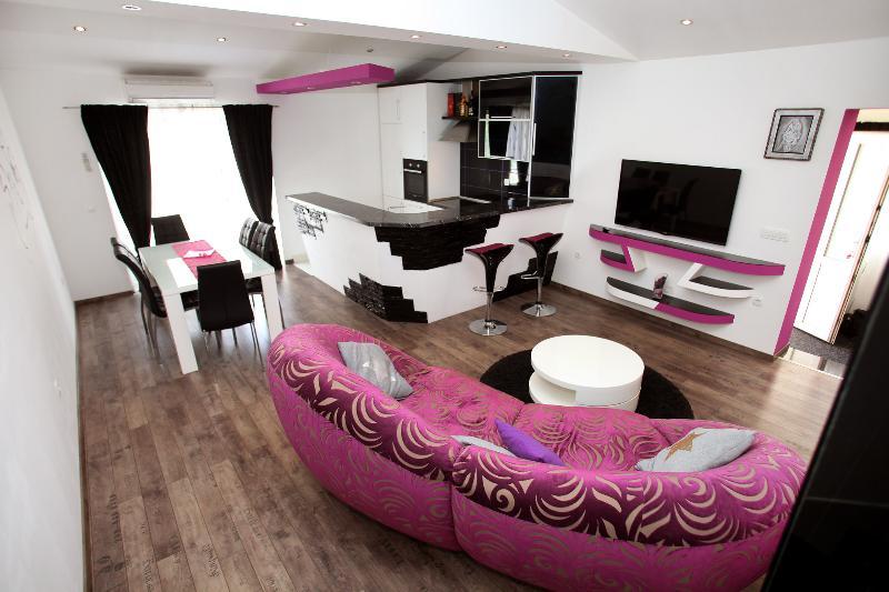 Lux-2 bedroom apartment near the sea, Split&Trogir, vacation rental in Kastel Kambelovac