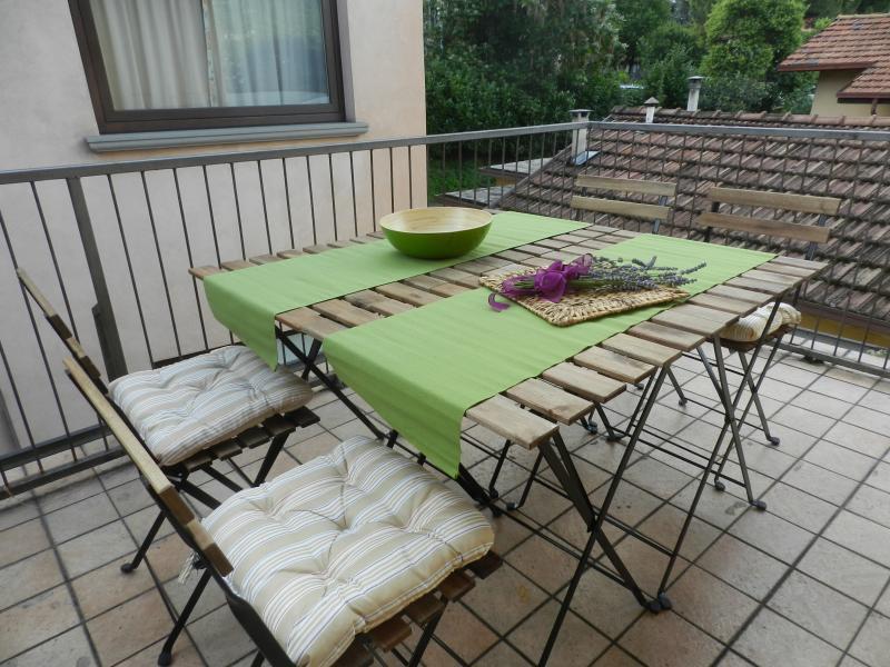 Il terrazzo privato pronto per una sana colazione o una deliziosa cenetta