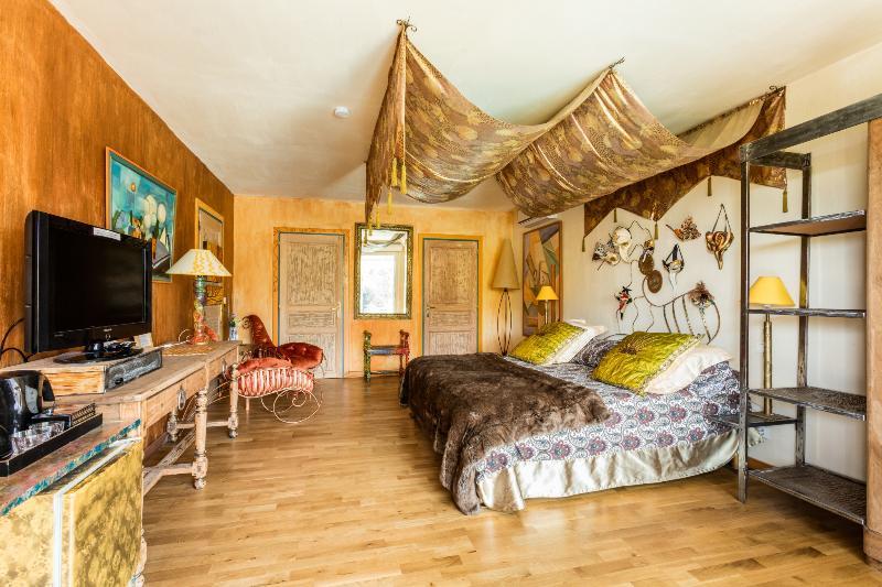 la chambre vénitienne grand lit ,salle d'eau et wc privé ,s ouvre sur terrasse meublée vue piscine